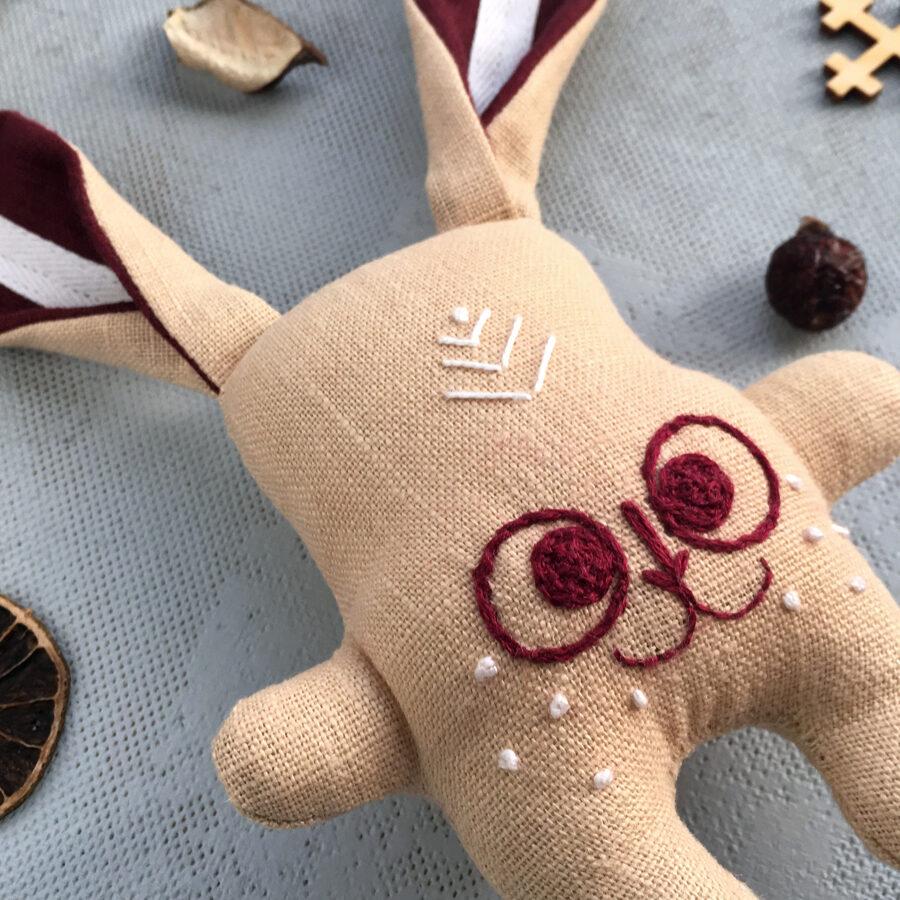 Zaķītis ar Latvijas karoga ausīm